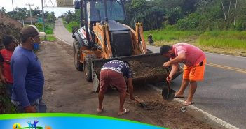 Secretarias de Obras, Agricultura e transportes, dão continuidade com os trabalhos de limpeza no acostamento da rodovia PA 395 que da acesso à vila de Santo Antônio.